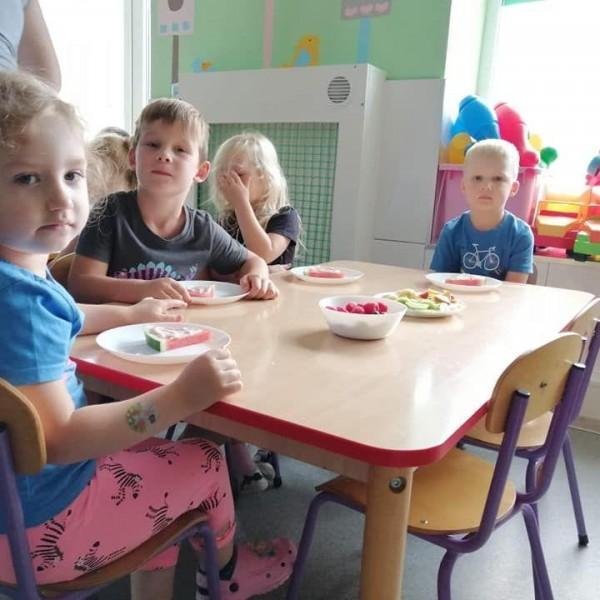 dzieci siedzące na krześle 1
