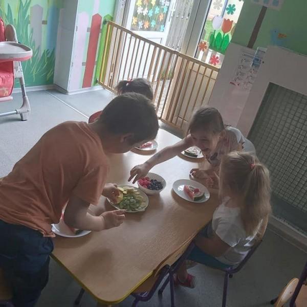 dzieci z owocami na talerzu