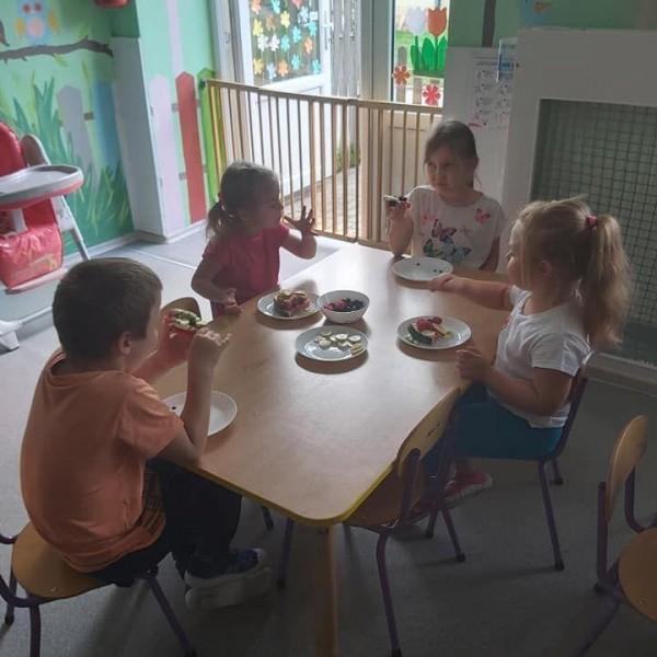 dzieci siedzące na krześle 14