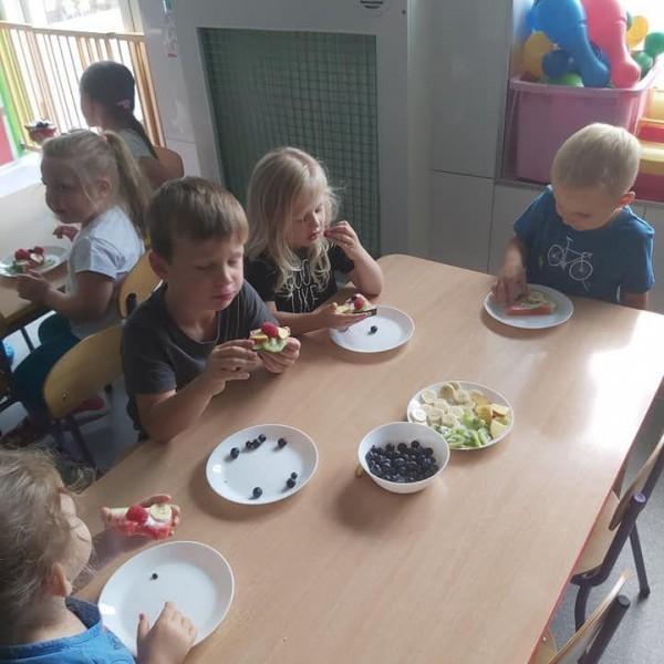 dzieci siedzące na krześle 9