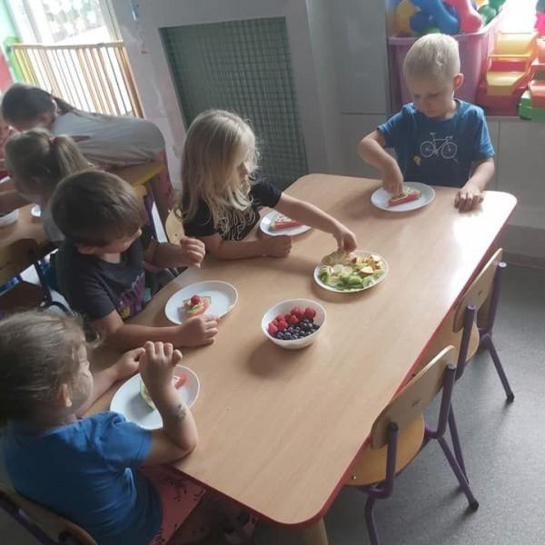 dzieci siedzące na krześle 8
