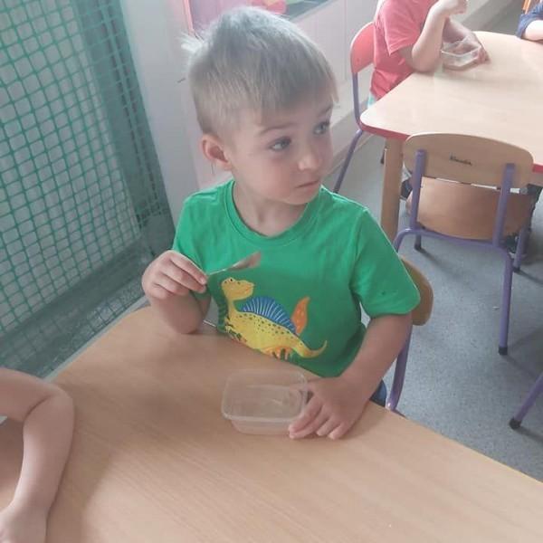 dziecko siedzące na krześle 16