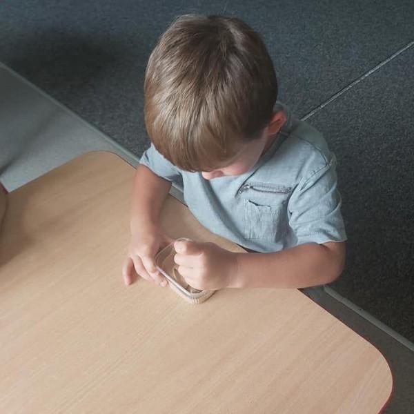 dziecko siedzące na krześle 12