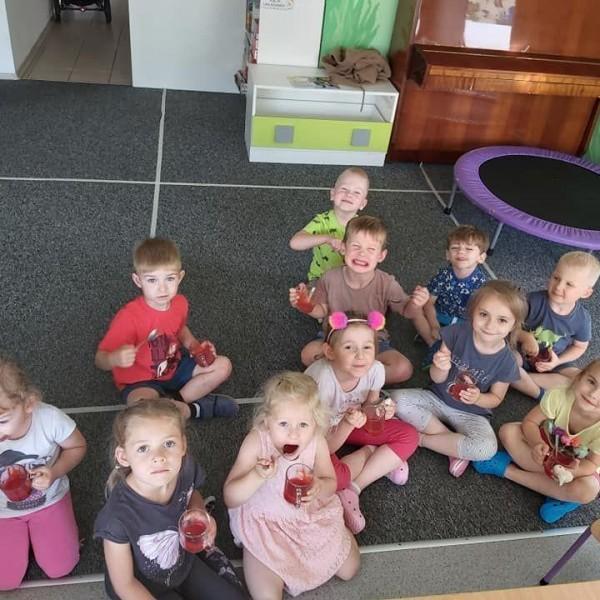 dzieci siedzące na podłodze 2