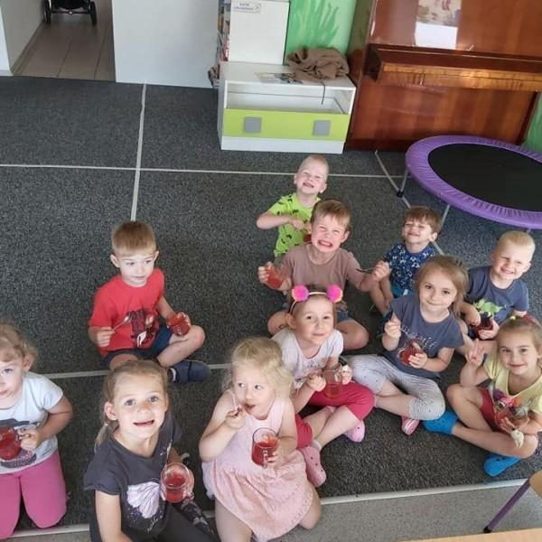 dzieci siedzące na podłodze 1