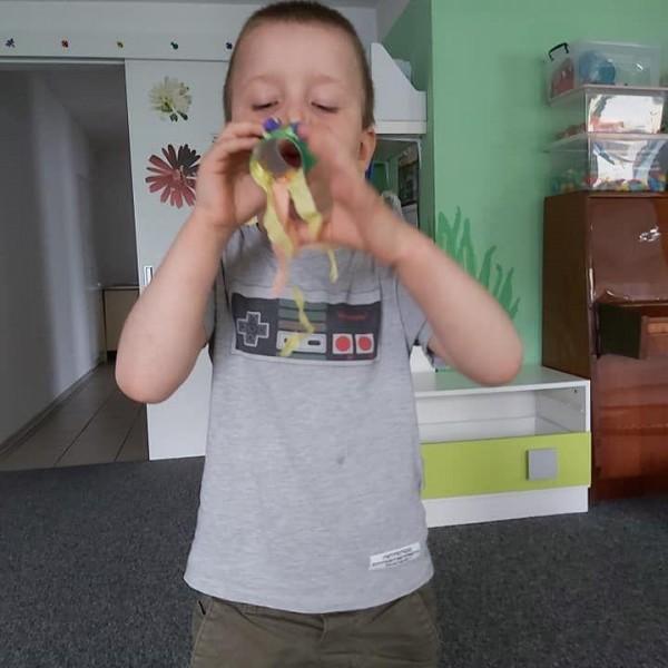 dziecko stojące przed aparatem 9