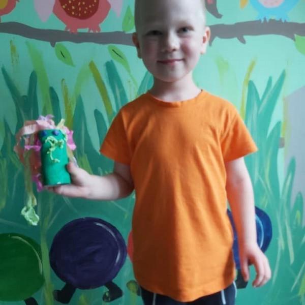 dziecko stojące przed aparatem 8