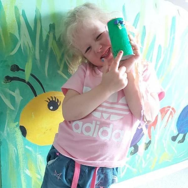 dziecko stojące przed aparatem 7