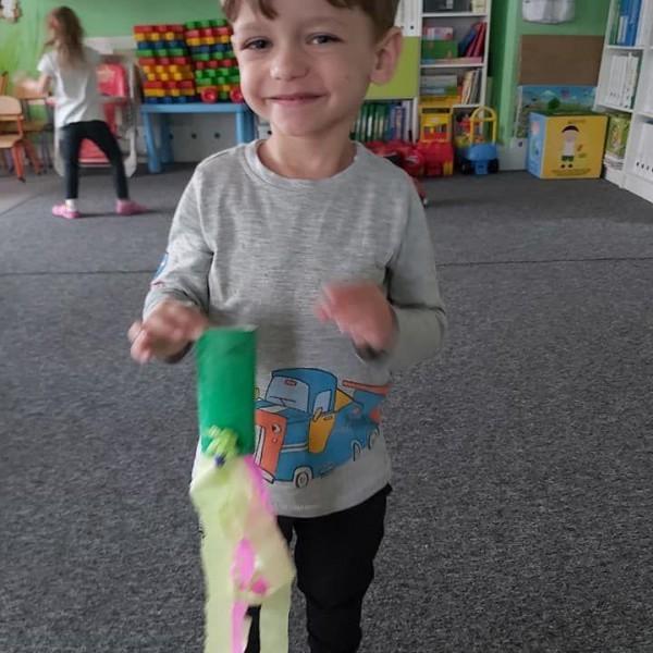 dziecko stojące przed aparatem 6