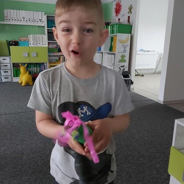 dziecko stojące przed aparatem 5