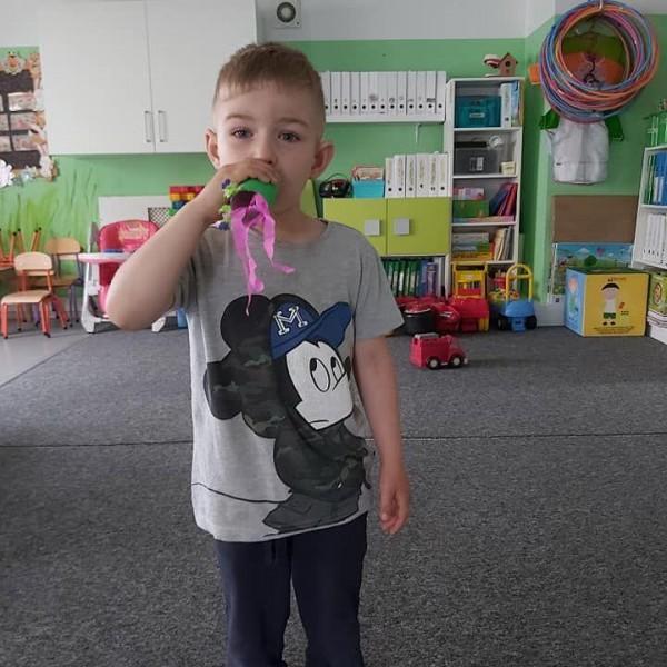 dziecko stojące przed aparatem 4