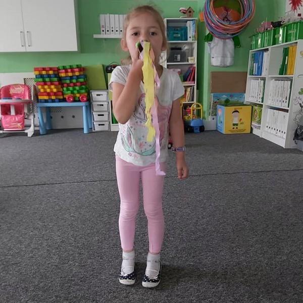 dziecko stojące przed aparatem 3